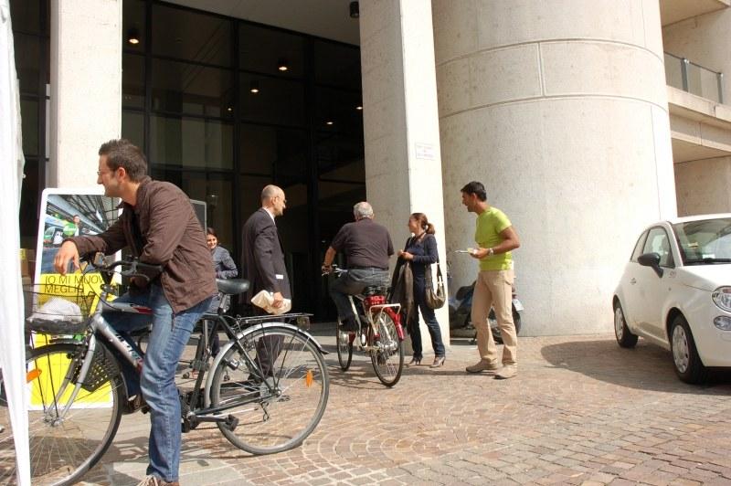 """Infopoint e partecipanti all'iniziativa """"""""Vengo al lavoro con la bici"""""""