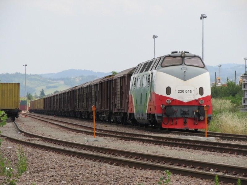 220 045 Fer - Dinazzano (RE), luglio 2011