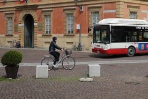 L'Emilia-Romagna sceglie la buona mobilità: più treno, mezzi pubblici e bici. E la sfida dei veicoli elettrici. Obiettivo: -30% di CO2 al 2025